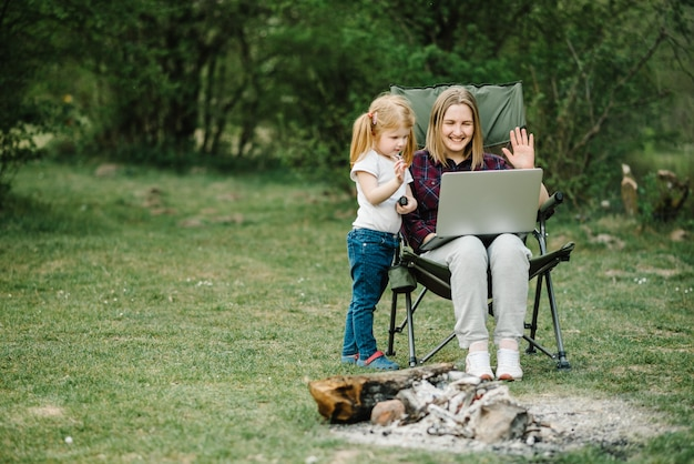 Мама работает в интернете с ребенком на улице