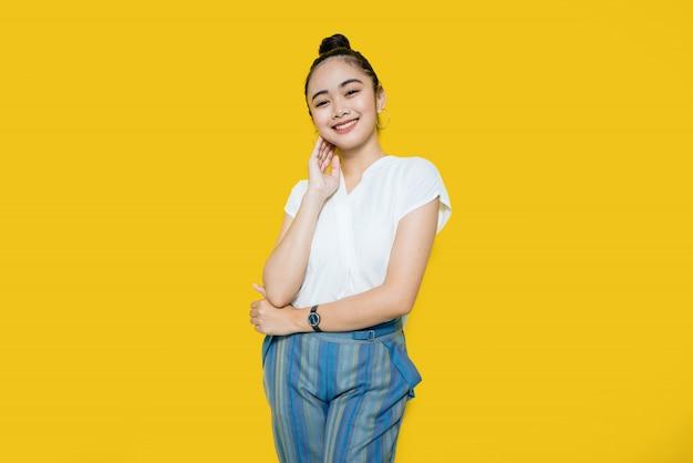 Красивая молодая азиатская женщина в белой футболке