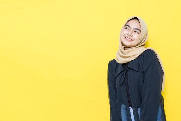 Красивая азиатская женщина счастливо улыбаясь с пустыми пространствами