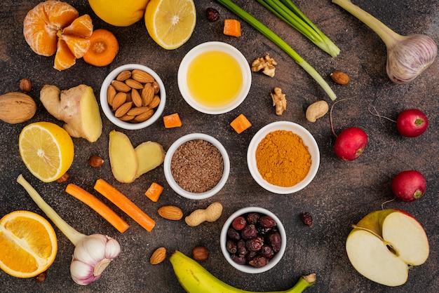 暗い背景で免疫力を高める健康食品。免疫システムを強化する野菜や果物。上面図。