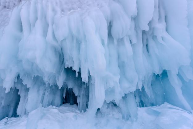 冬のバイカル湖の氷の壁につららの背景