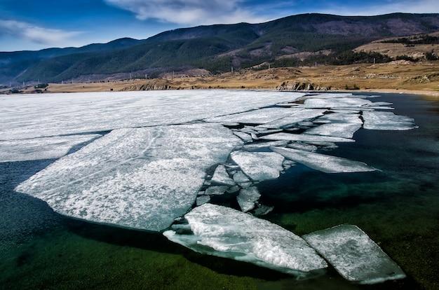 Вид над большим красивым озером байкал со льдами, плавающими на воде, россия