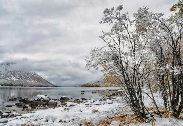 山の湖、ロシア、シベリア、ブリヤーティヤ、フロリハ。