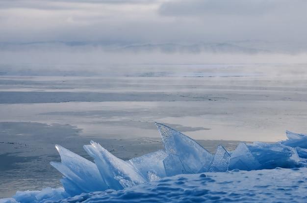 Поле ледяных кочек на замерзшем озере байкал