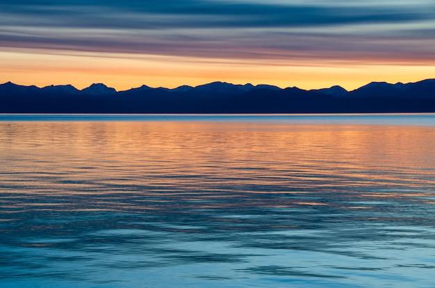 Красивый красный закат над озером с горы