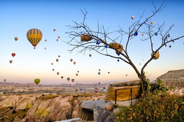 Воздушный шар пролетел над скалой в каппадокии турции