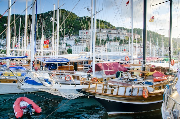 帆船の一部、船の鼻、海。