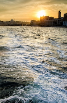 海の波とイスタンブールの空の夕日
