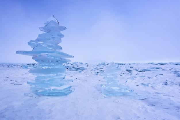 氷のブロックのピラミッド。凍った氷のバイカル湖のバランス