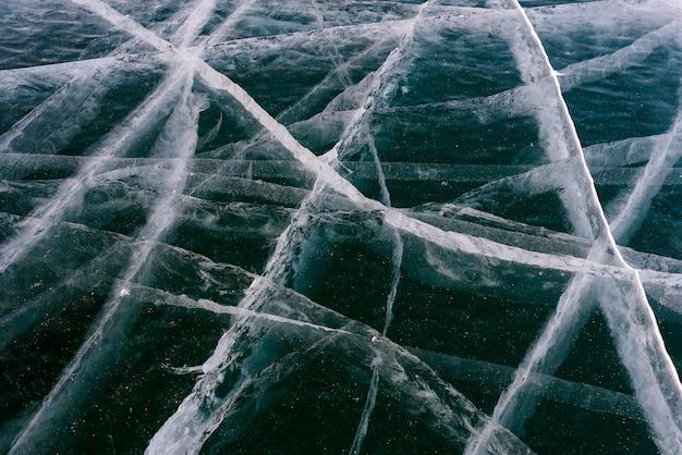 抽象的な亀裂のあるバイカル湖の美しい氷