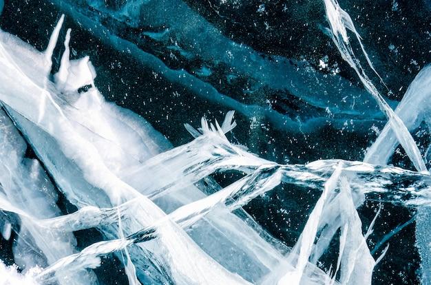 氷の表面の青いひびの入った表面