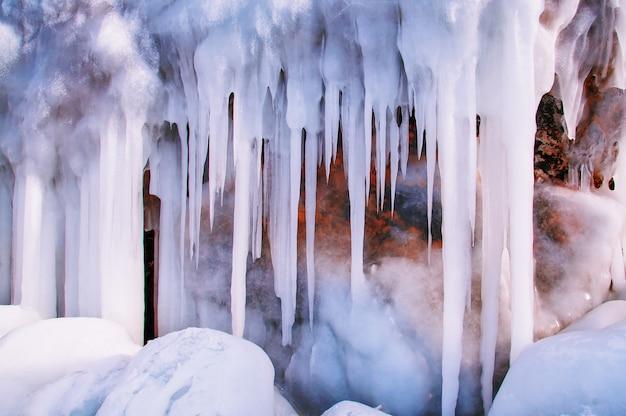 冬のバイカル湖のつらら氷壁