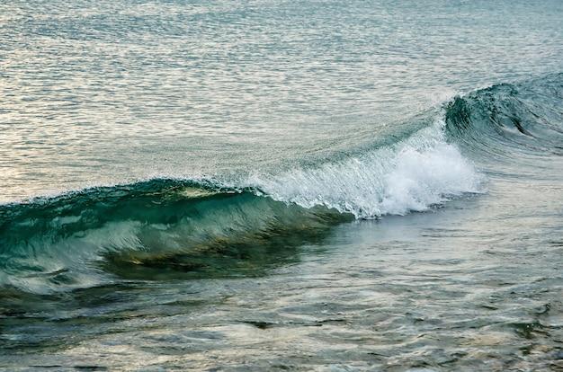 Волны у моря, озеро байкал в декабре