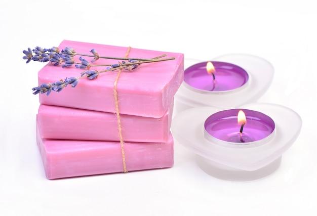 Мыло, свечи и лаванда на белом фоне