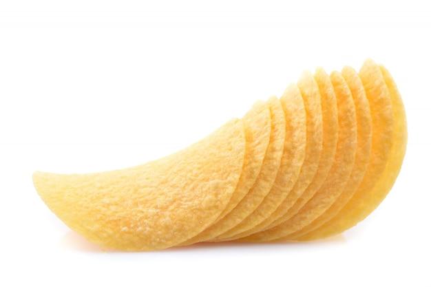Картофельные чипсы на белом изолированные