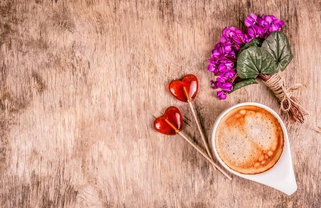 Чашка кофе, весенние цветы и леденцы на палочке