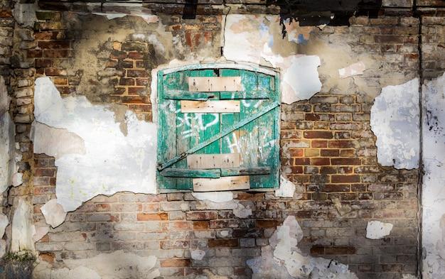 Старые деревянные ставни закрыты