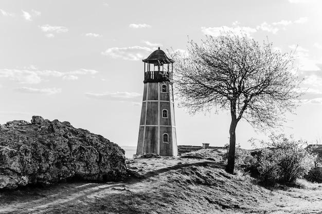 Драматический пейзаж со старым маяком