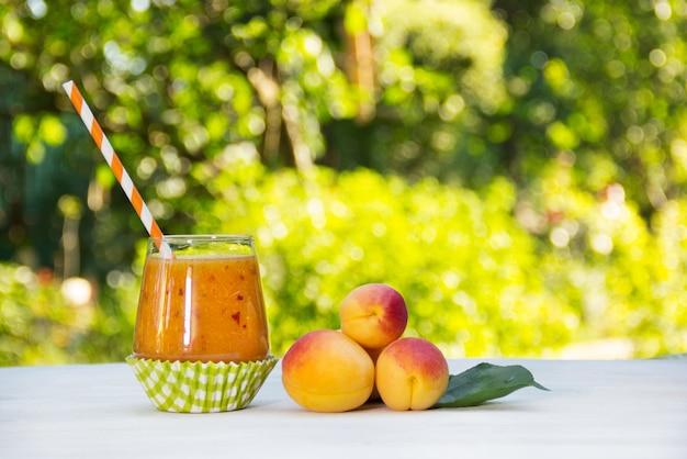 Свежие домашние абрикосовые коктейли в летнем саду