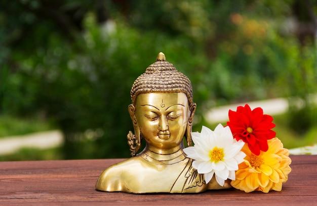 Золотая статуя будды в летнем солнечном саду