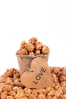 Отличный карамельный попкорн в бумажном стаканчике и деревянном сердечке