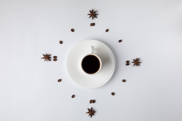 Кофейная чашка изолированная на белизне