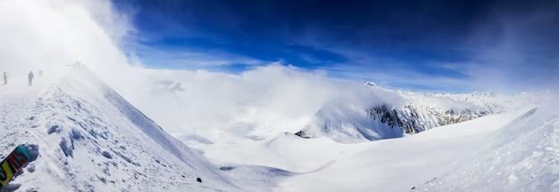 美しい雪に覆われた丘