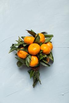 Вертикальная съемка букета из свежих мандаринов