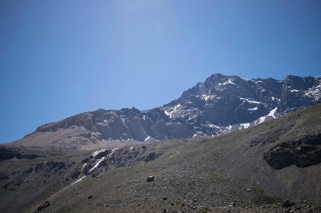 ロッキー山脈と湖の横にある丘の美しいショット