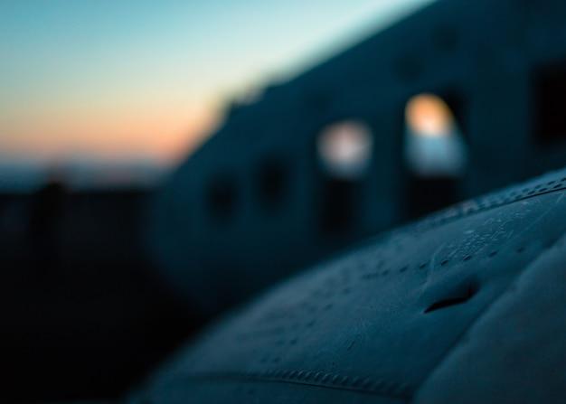 墜落した飛行機の翼のクローズアップに焦点を当てたショット