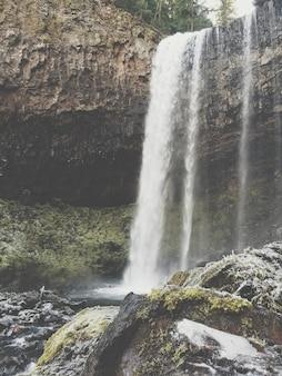 Красивая съемка водопада и озера в лесе