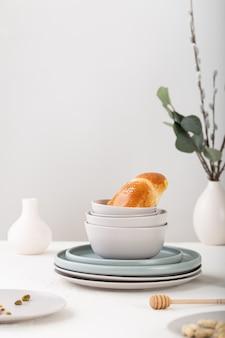 テーブルの上の皿にパンの垂直ショット