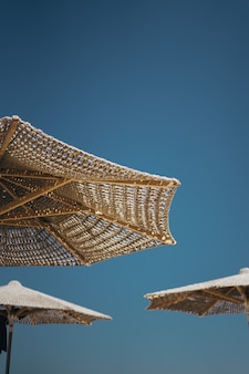 茶色の木製パラソルの垂直ショット