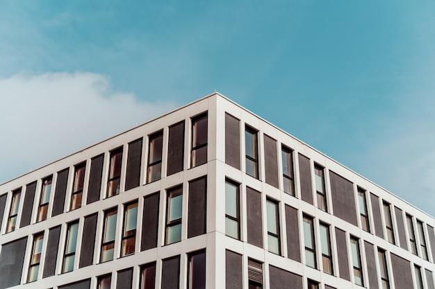 バックグラウンドで美しい青い空と古い建築物の低角度対称ショット