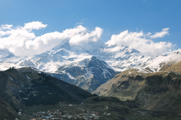 田舎のロッキーと雪に覆われた山の美しい風景