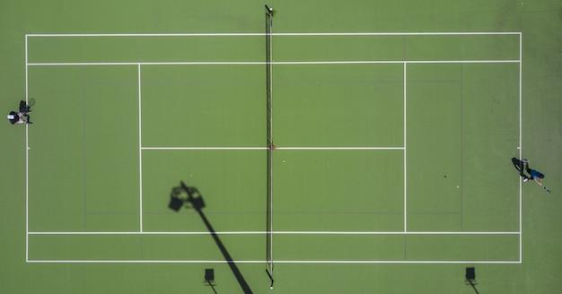 テニスフィールドの対称的な空中ショット