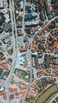 冬の昼間で美しい都市建築の空中ドローンショット