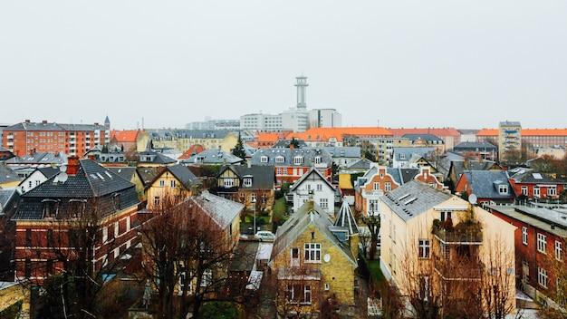 Широкий снимок домов и зданий в городе копенгаген, дания