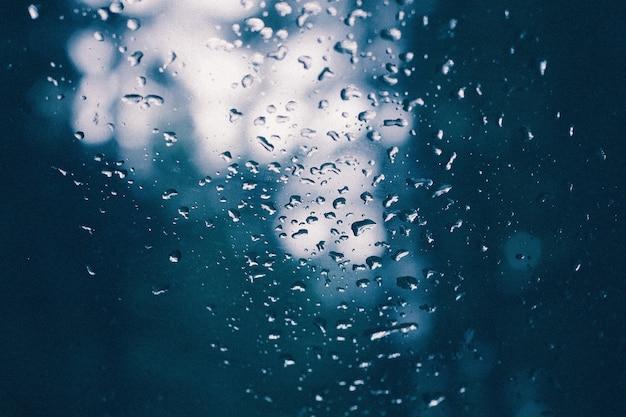 雨の後に水が滴るガラスのクローズアップ