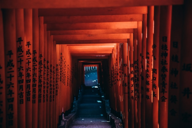 中国の寺院の赤いゲートウェイパスのワイドショット