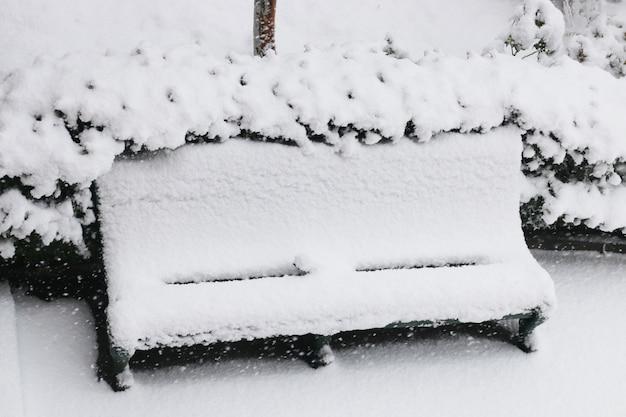 雪に覆われたベンチ