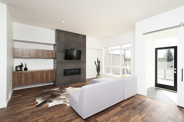 白いリラックスできる壁と家具とテクノロジーを備えたモダンな家の美しいインテリアショット