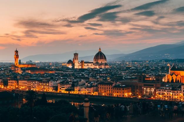 夕方にはフィレンツェ、イタリアの建築の美しい空中ショット