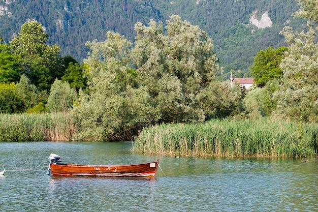 Лодка в озере
