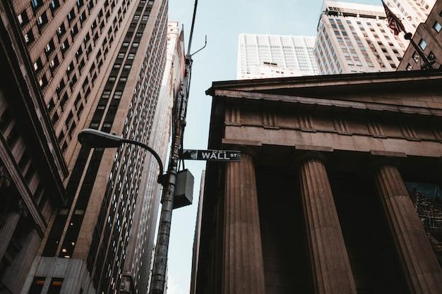 ニューヨークのウォール街標識のローアングルショット