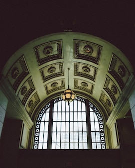 パターン化された灰色のコンクリートの建物の天井のローアングルショット