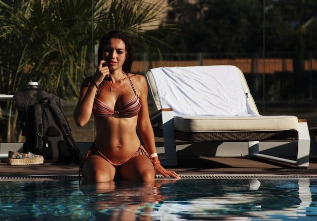 スイミングプールの女性