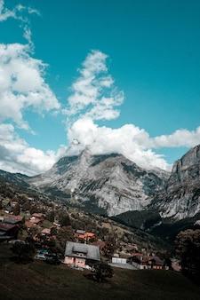 ユングフラウ山脈の隣の静かな村と家