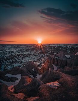 夕暮れ時の雪山