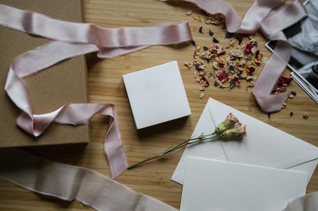 Верхний снимок процесса упаковки подарка